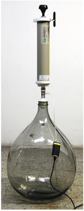 Sestava pro měření poddajnosti modelu respirační soustavy (v tomto případě rigidní nádoby) s napojeným senzorem tlaku.