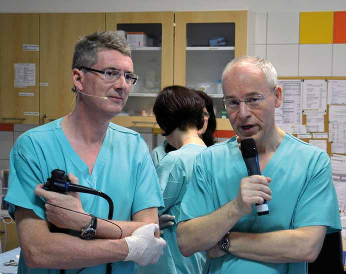 Prof. Pierre Deprez (vlevo) s prof. Stanislavem Rejchrtem při živém endoskopickém přenosu.
