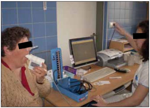 Pacientka během spirometrického vyšetření (na stole je inhalátor se salbutamolem nutným k provedení bronchodilatačního testu) (foto autor).