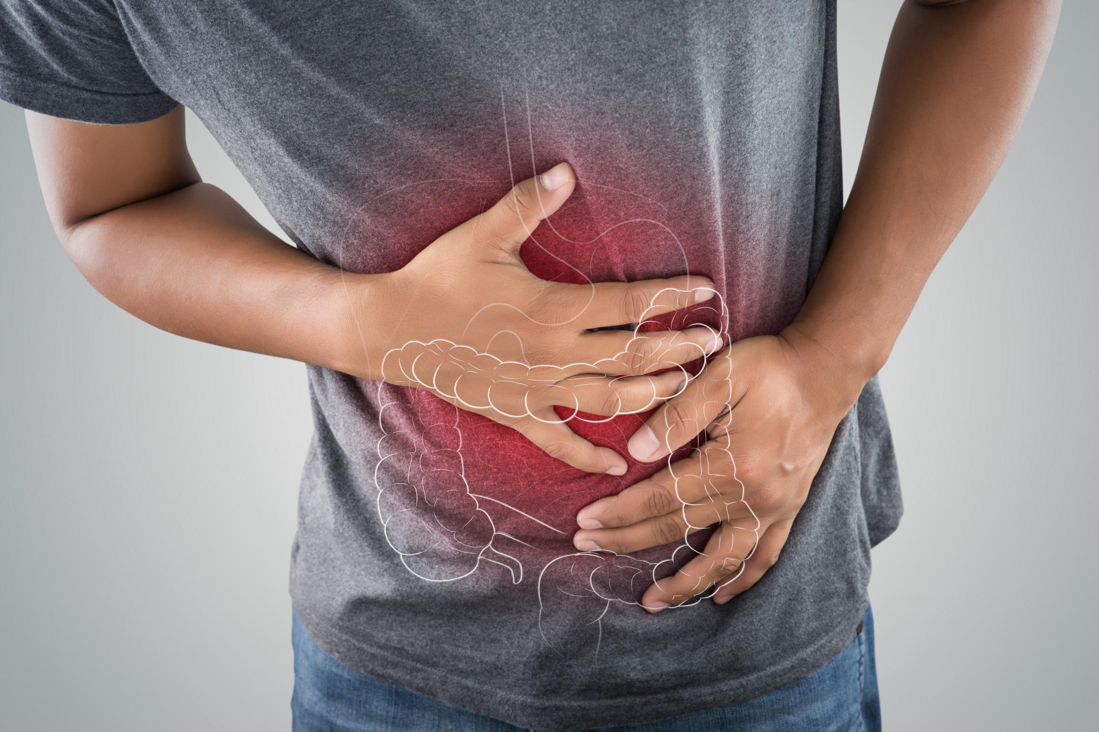 Ulcerative colitis_muž_břicho_střeva