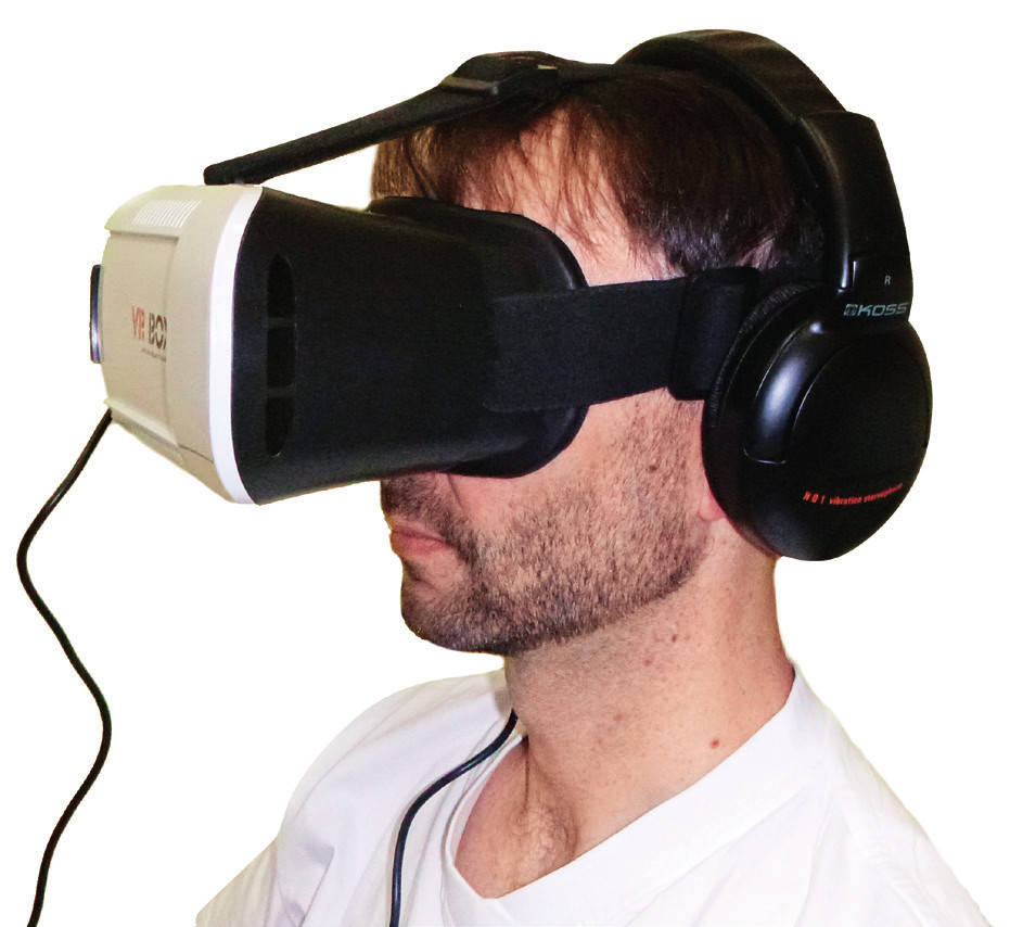 Figurant s nasazeným zařízením pro virtuální realitu.