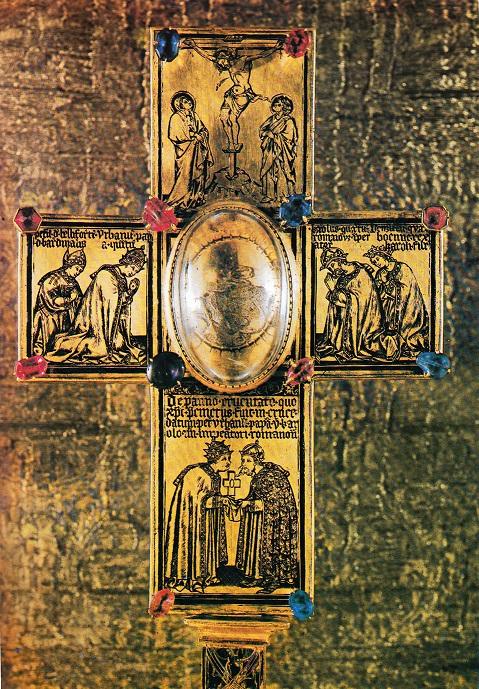 Ostatkový kříž, řečený papeže Urbana V.; Karel promlouvá s papežem Urbanem V., rovněž přihrblým, a přejímá od něho část sukna, kterým byl opásán ukřižovaný Ježíš, vpravo: klečící Karel IV. se synem Václavem IV.