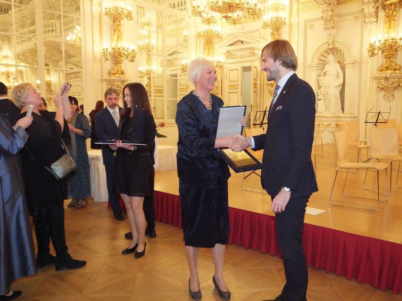 Obr.3 Marie Ředinová převzala cenu z rukou ministra zdravotnictví Adama Vojtěcha