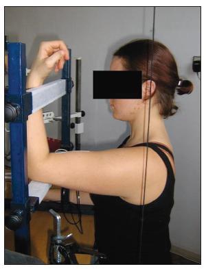 Výchozí poloha pro měření, pohled z boku (sledování polohy pacienta pomocí olovnice).