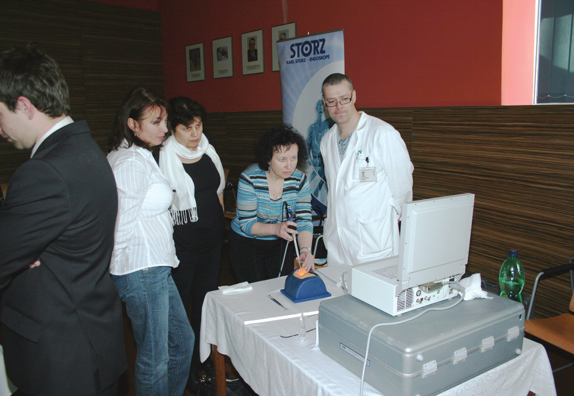 Nácvik rinoepifaryngoskopie na modelu (as. Čelakovský).