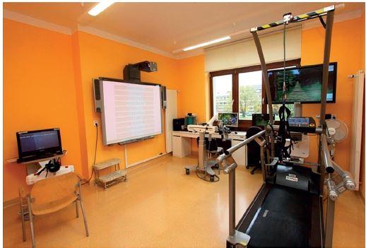 Část vybavení neurorehabilitace v Ústřední vojenské nemocnici Praha pro léčbu motorických a kognitivních deficitů.