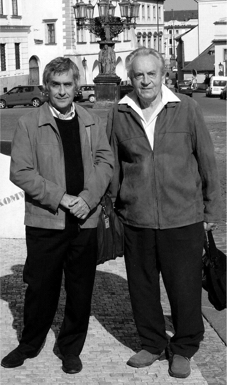 Doc. Alois Kopecký (vpravo) v dubnu 2010 při procházce Prahou s Dr. Jean-Jacques Robertem z Paříže, žákem prof. Lestradeta.