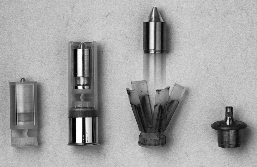 Podkaliberní střela Brenneke SuperSabot (Brenneke©). Zleva doprava: střela v plastovém obalu, střela s pouzdrem v nábojnici, střela krátce po opuštění hlavně a deformace střely při zásahu cíle