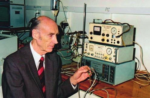 Profesor Peňáz s prototypem přístroje (fotografie zapůjčena se souhlasem prof. MUDr. Nataši Honzíkové, CSc.)