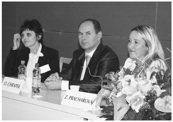 Předsednictvo 2. bloku (zleva): doc. MUDr. Bohdana Kalvodová, CSc. (přednostka Oční kliniky 1. LF UK a VFN v Praze), MUDr. Oldřich Chrapek, Ph.D. (Oční klinika LF UP a FN Olomouc) a MUDr. Zuzana Prachařová (Oční klinika LF UP a FN Olomouc)