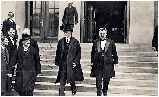 Prezident T. G. Masaryk s profesorem Srdínkem odcházejí z ústavu v den jeho slavnostního otevření