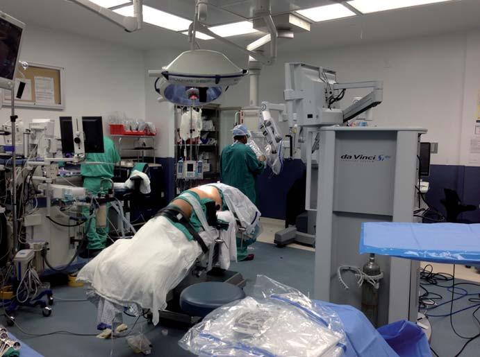 Příprava operačního sálu před zapojením robota pro pravostrannou retroperitoneální nefrektomii.