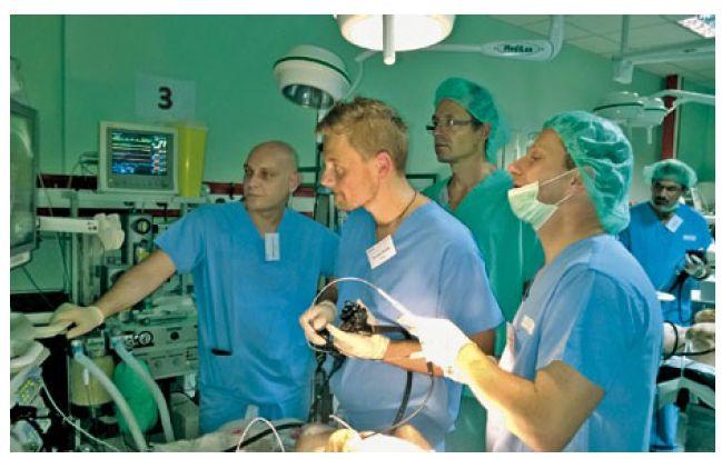 Lékaři při nácviku ESD v jícnu a žaludku (zprava B. Pekárek a B. Kunčak). Fig. 3. Doctors in training of ESD in oesophagus and stomach (from right to left, B. Pekárek and B. Kunčak).