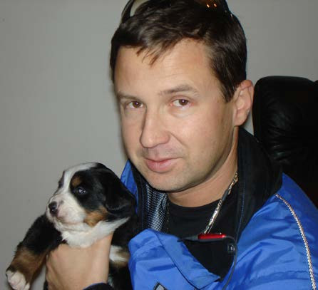 prof. MUDr. Milan Hora, Ph.D., MBA, se štěnětem Bernského salašnického psa (with puppy of Bernese mountatin dog)