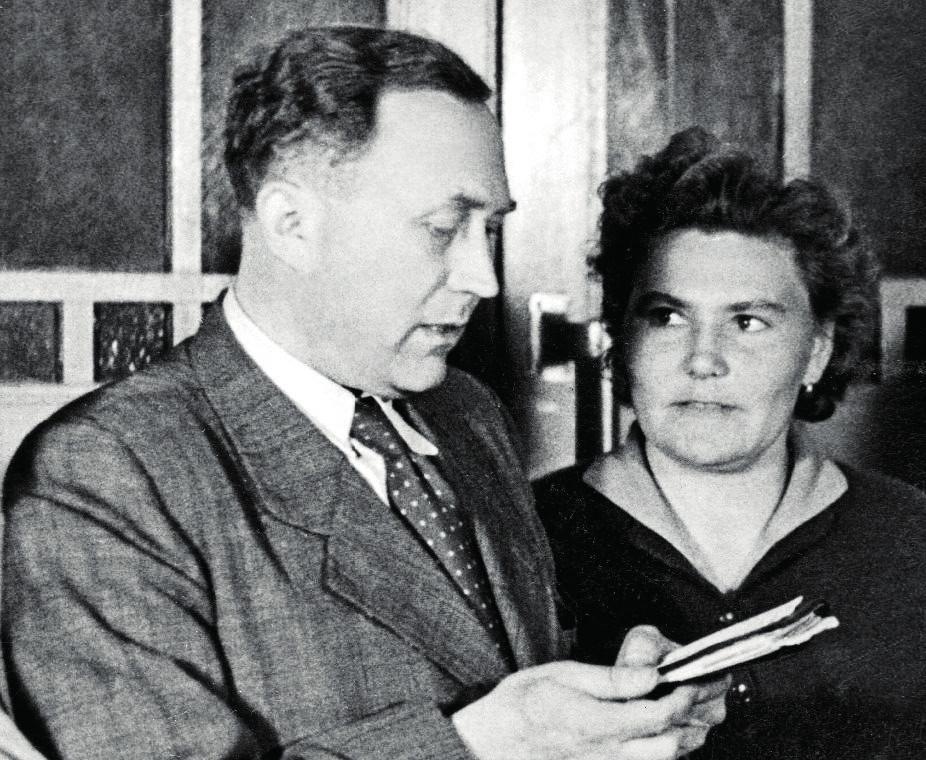 MUDr. Kamínek na přednášce v Chotouchově, vpravo Marie Zoufalá, rozená Vedralová (1921–1993)