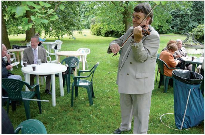 Družnou atmosféru v zámecké zahradě již tradičně zpestřuje svou hrou prof. František Vyskočil