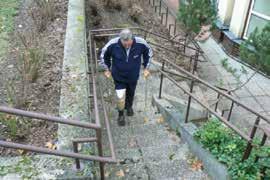 Chůze v exteriéru s protézou – nácvik chůze po schodech