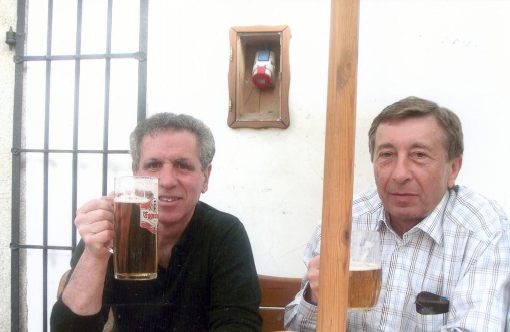 prof. Jupiter s prim. Kopačkou při ochutnávce českého piva v Českém Krumlově