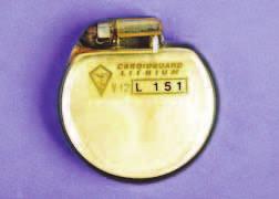 Jeden z prvních kardiostimulátorů vybavený lithium-jodinovou baterií. Tento model (V12-L151 firmy LEM) pochází z Itálie z roku 1975.