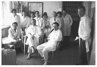 MUDr. Jaroslav Ulrich (sedící uprostřed) v kolektivu spolupracovníku v roce 1971.