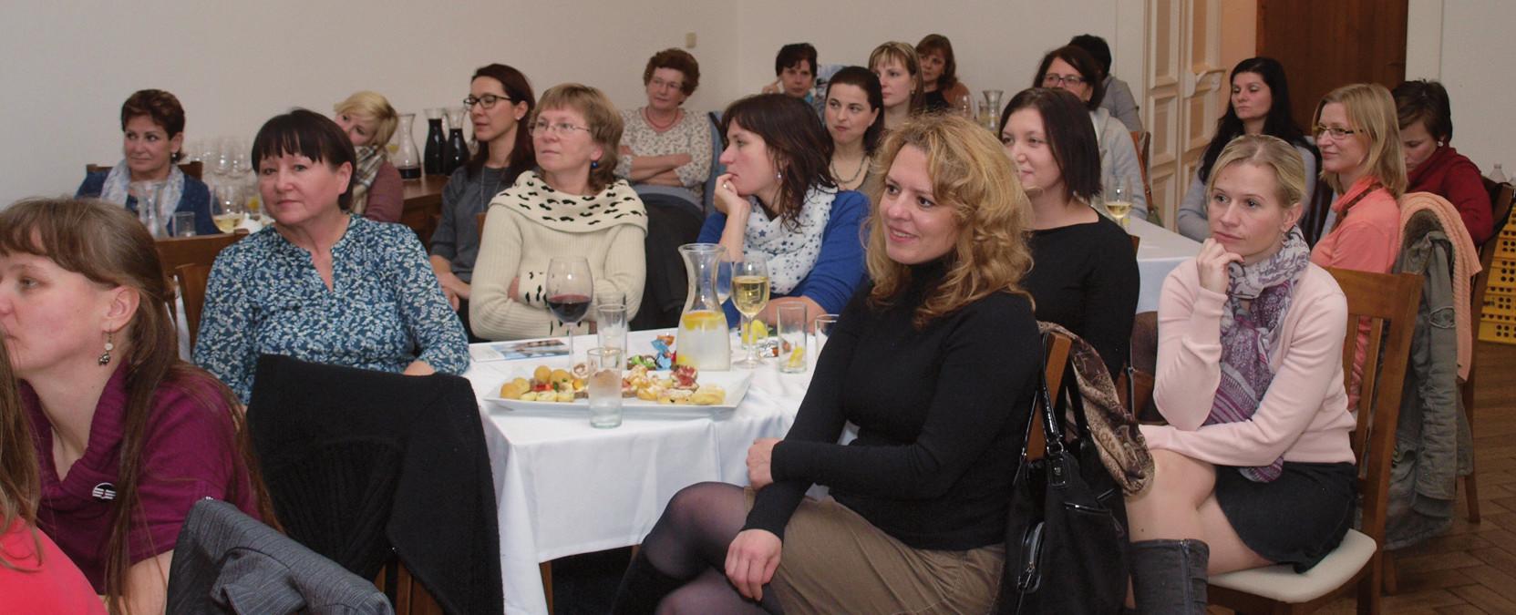 Pohled do sálu spokojeného publika.