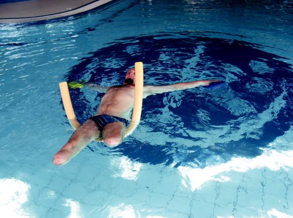Pacient po amputaci PDK ve stehně a LDK v bérci – cvičení v bazénu pod vedením fyzioterapeuta.