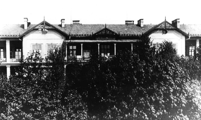 Samostatný pavilon pro tuberkulózu vybudovaný MUDr. K. Teunerem v okresní všeobecné nemocnici v Benešově u Prahy v roce 1905. Z archivu nemocnice poskytl ředitel MUDr. M. Řepa