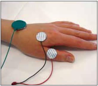 Registrační elektroda je na FDI a referenční na palci.