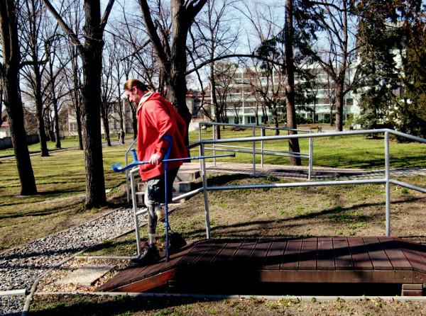 Pacient po amputaci PDK ve stehně a LDK v bérci – nácvik chůze v terénním parku.