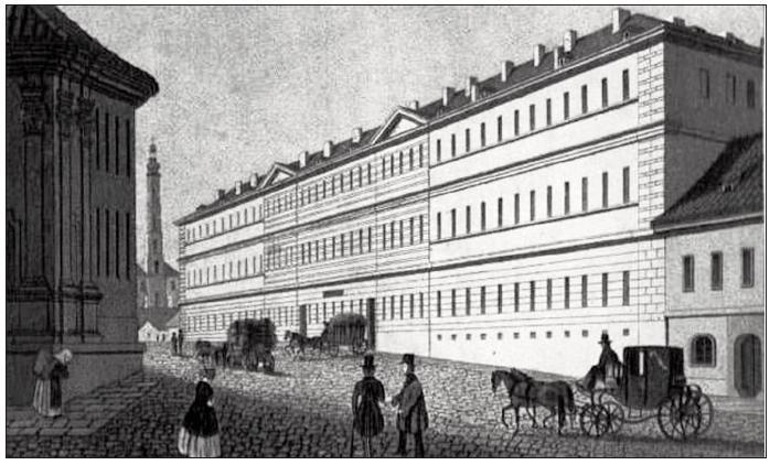 Průčelí všeobecné nemocnice při pohledu z Karlova náměstí po úpravách v letech 1838–1840 získalo vzhled, který známe dodnes