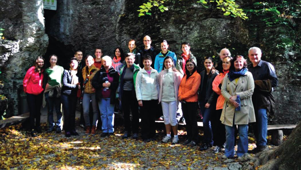 Účastníci konference před jeskynním komplexem Driny