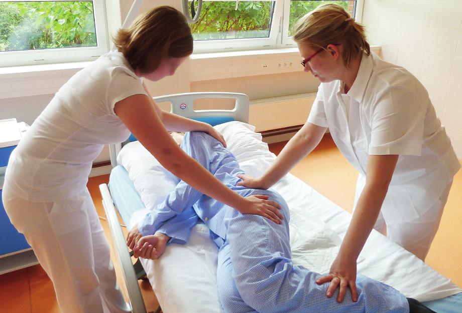 Ke stabilitě nemocného v poloze na boku přispívá zvětšení flexe v kolenou.
