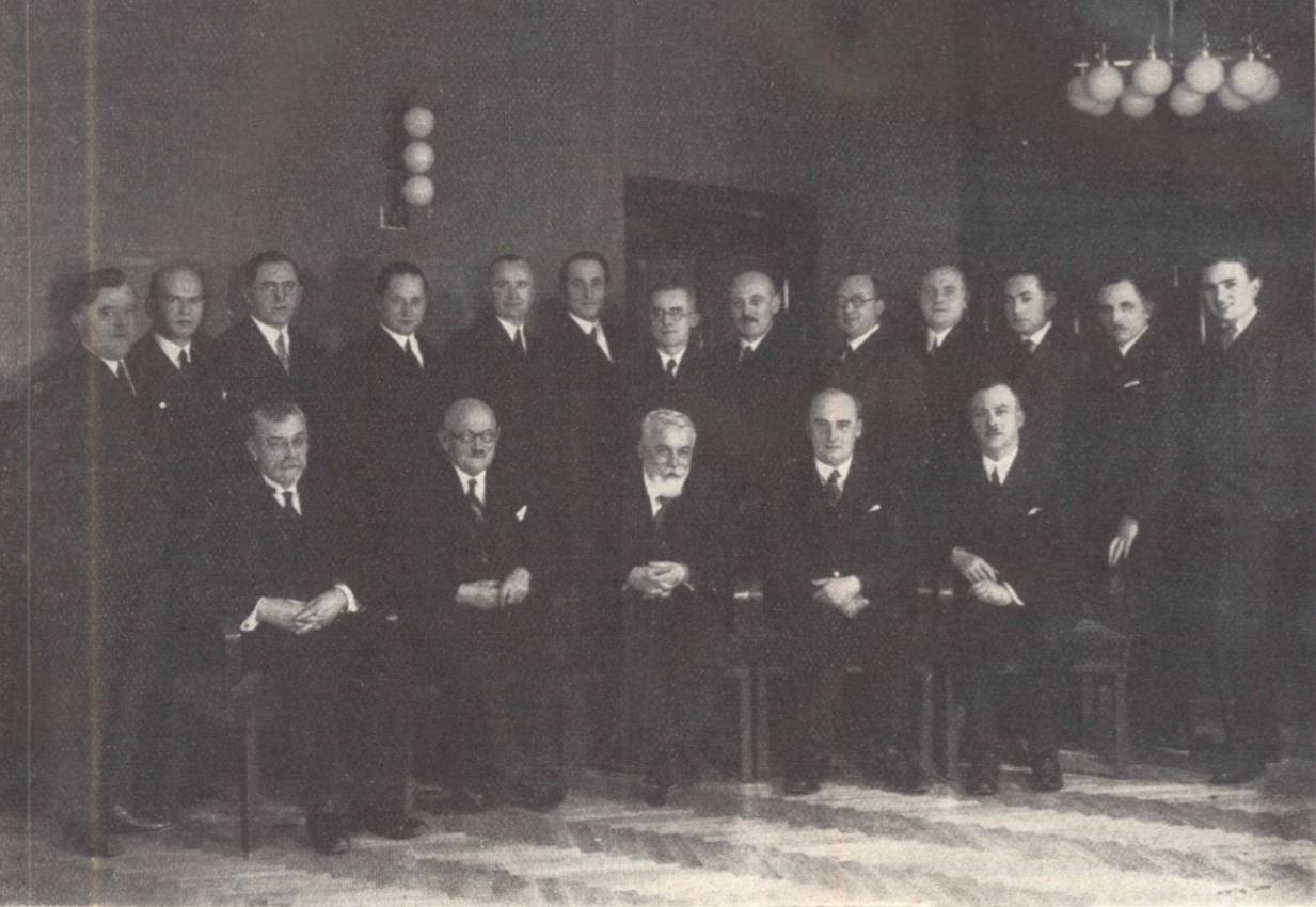 Výbor Sboru pro postavení Lékařského domu v čele s prof. Františkem Šambergerem (sedící uprostřed). Druhý zprava stojí architekt František Vahala.