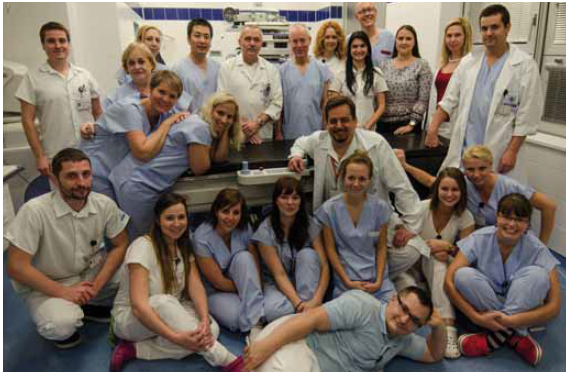 Účastníci endoskopického workshopu v Ústřední vojenské nemocnici Praha. Fig. 1. Participants at the endoscopic workshop in the Military University Hospital Prague.
