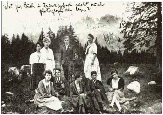 Róbert Klopstock a Franz Kafka s pacientmi a zdravotníckym personálom z Villy Tatra v Tatranských Matliaroch, vo Vysokých Tatrách.