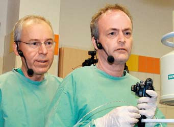 Prof. Stanislav Rejchrt a prof. Lars Aabakken při demonstraci ERC P. Fig. 1. Prof. Stanislav Rejchrt a prof. Lars Aabakken during ERCP demonstration.