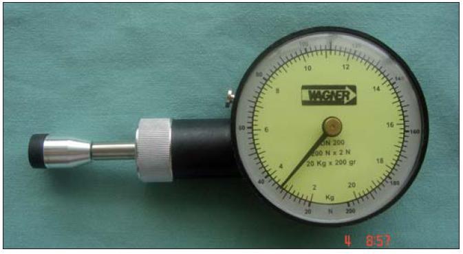 Obr. 6a) Kalibrovaný tlakoměr.
