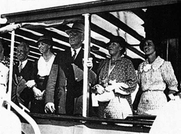 Pověstná fotografie dvou velkých mužů. Zleva: Harvey Cushing, Eleanor Roosevelt, Franklin D. Roosevelt, Kate Cushing a Betsey Cushing Roosevelt.