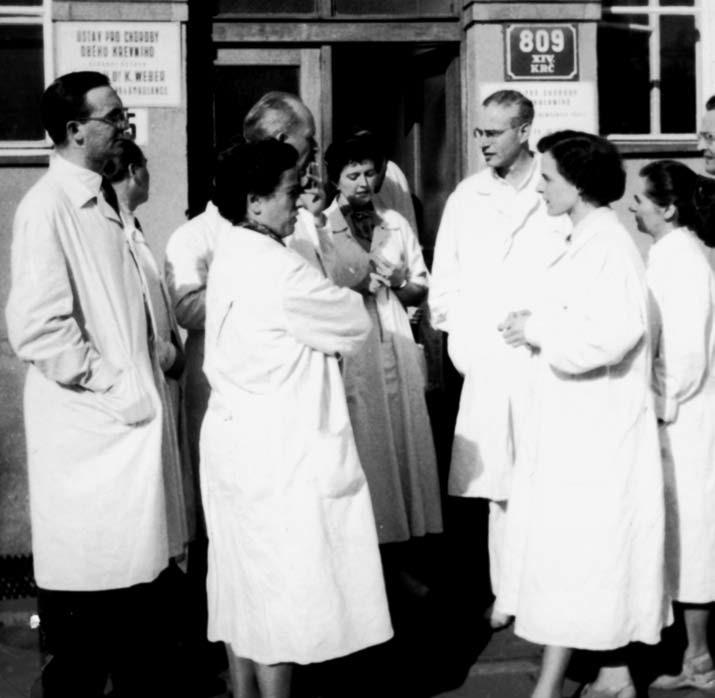 Členové prvního kardiologického kursu 1957, zleva: P. Jerie, F. Loskot (odvrácený), Esesltová, Prónay, Hermannová, Brod, Takáčová.