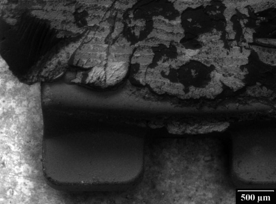 Keramický ortodontický zámek po sejmutí bez známek poškození se zbytky tmelícího