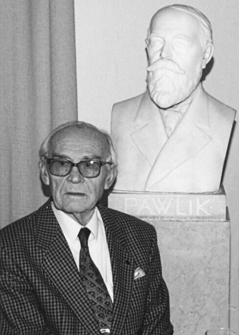Profesor V. Šnaid u busty profesora Pawlíka, 1990 (foto archiv autora)