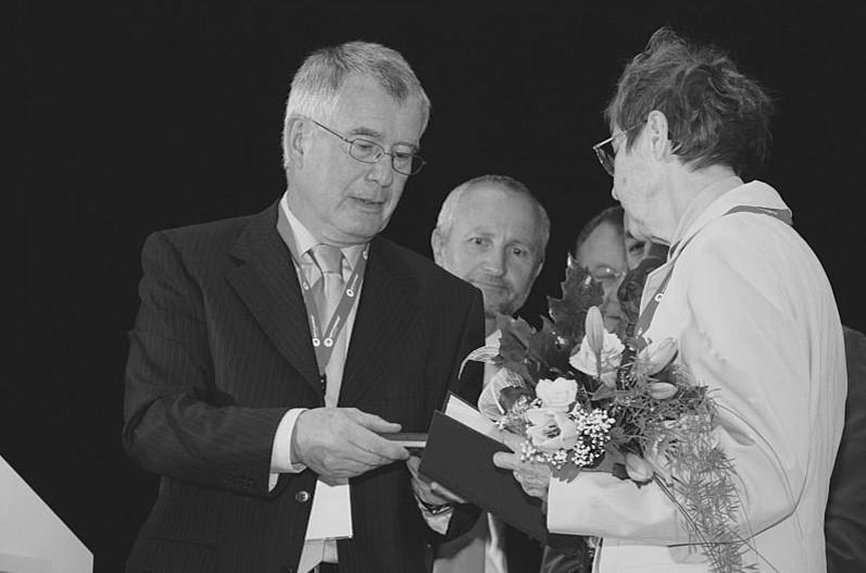 Profesor Karel Cvachovec předává medaili Celestýna Opitze doc. Jarmile Drábkové.