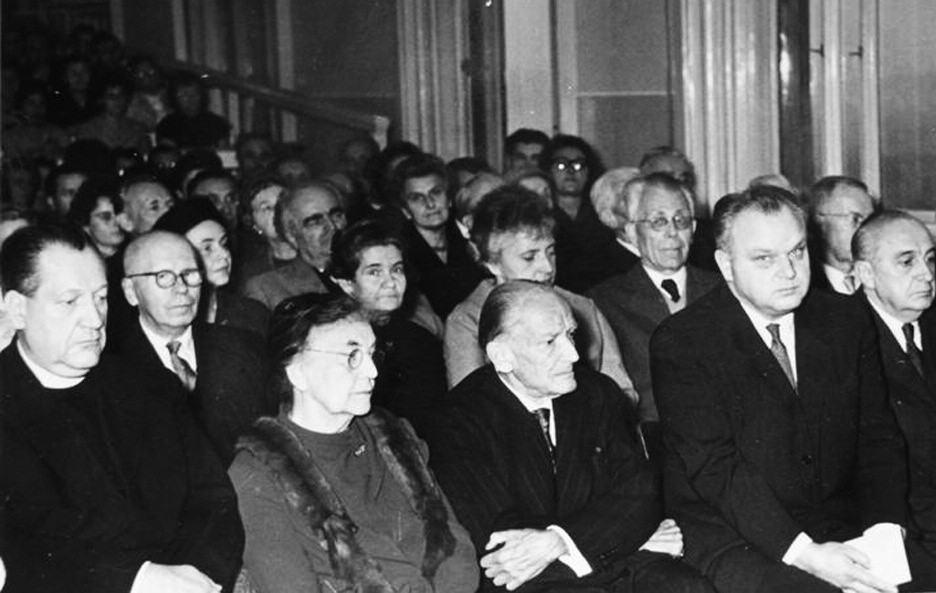 Oslava 80. narozenin prof. Brdlíka (oslavenec uprostřed prvé řady, vlevo od něj jeho manželka, zcela vlevo tehdejší ministr zdravotnictví Josef Plojhar).