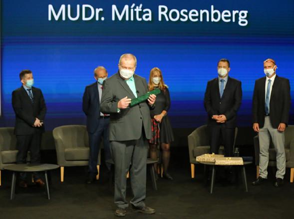 MUDr. Míťa Rosenberg děkuje za udělení čestného členství<br> Fig. 6. Míťa Rosenberg, MD, thanking for being awarded honorary membership
