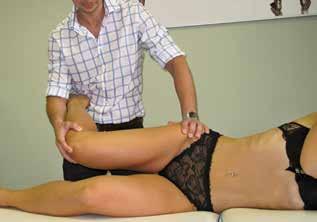 Neurodynamické testování (2. fáze) – addukce kyčle při flektovaném koleni s očekávaným zesílením symptomů<br> Fig. 3: Neurodynamic testing (step 2) – adduction of the hip with a flexed knee with expected exacerbation of the symptoms