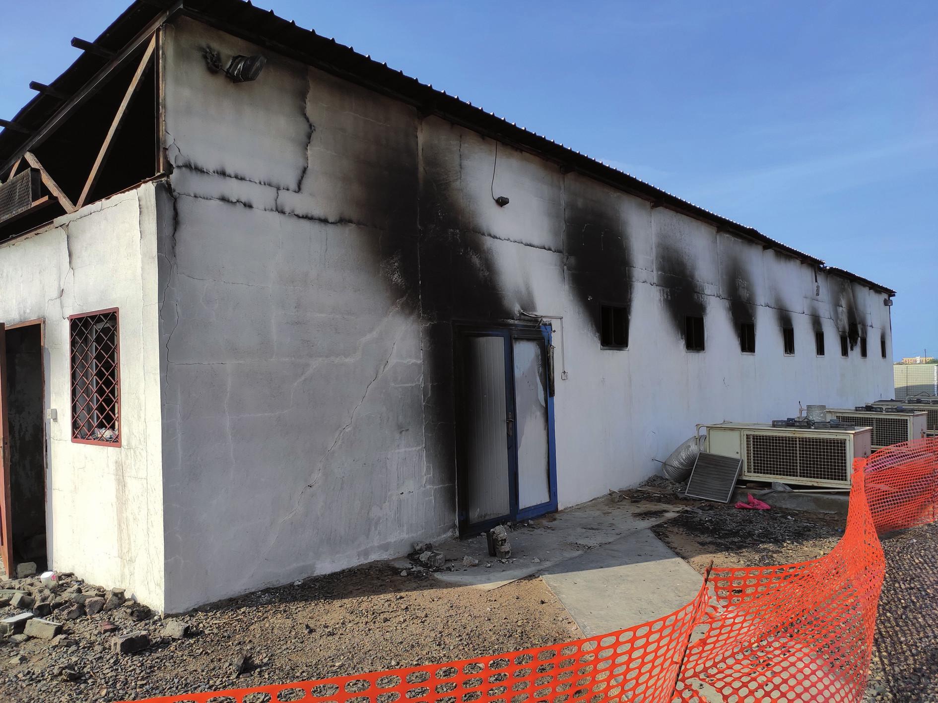 Původní lékárna v nemocničním areálu bohužel po zásahu raketou vyhořela.