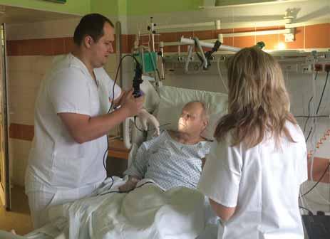 Flexibilní endoskopické vyšetření polykání na neurologické jednotce intenzivní péče – neurolog a klinická logopedka.<br> Fig. 1. Flexible Endoscopic Evaluation of the Swallowing on stroke unit – neurologist, and speech therapist.