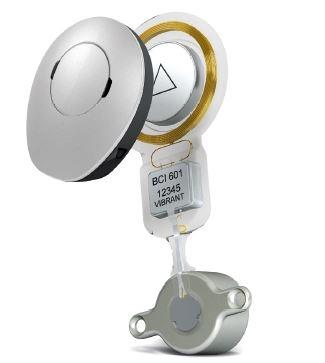 """Vibrant BoneBridge™ je příkladem transkutánního implantátu pro kostní vedení s vnitřním zdrojem vibrační energie. Zobrazen spolu se zvukovým procesorem typu mimo boltec, """"off- -the-ear"""".<br> (Zdroj: MED-EL, Innsbruck, Rakousko.)"""
