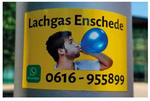Reklama v Amsterodamu na dodávku oxidu dusného k rekreačním účelům (Tarja van Veldhoven, použito se svolením autorky)
