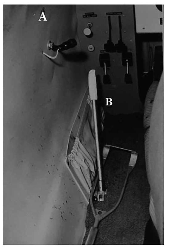 Levá boční stěna kabiny letadla u sedadla pilota.